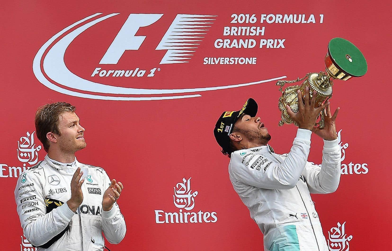 Lewis Hamilton célébrant sa victoire (à droite)