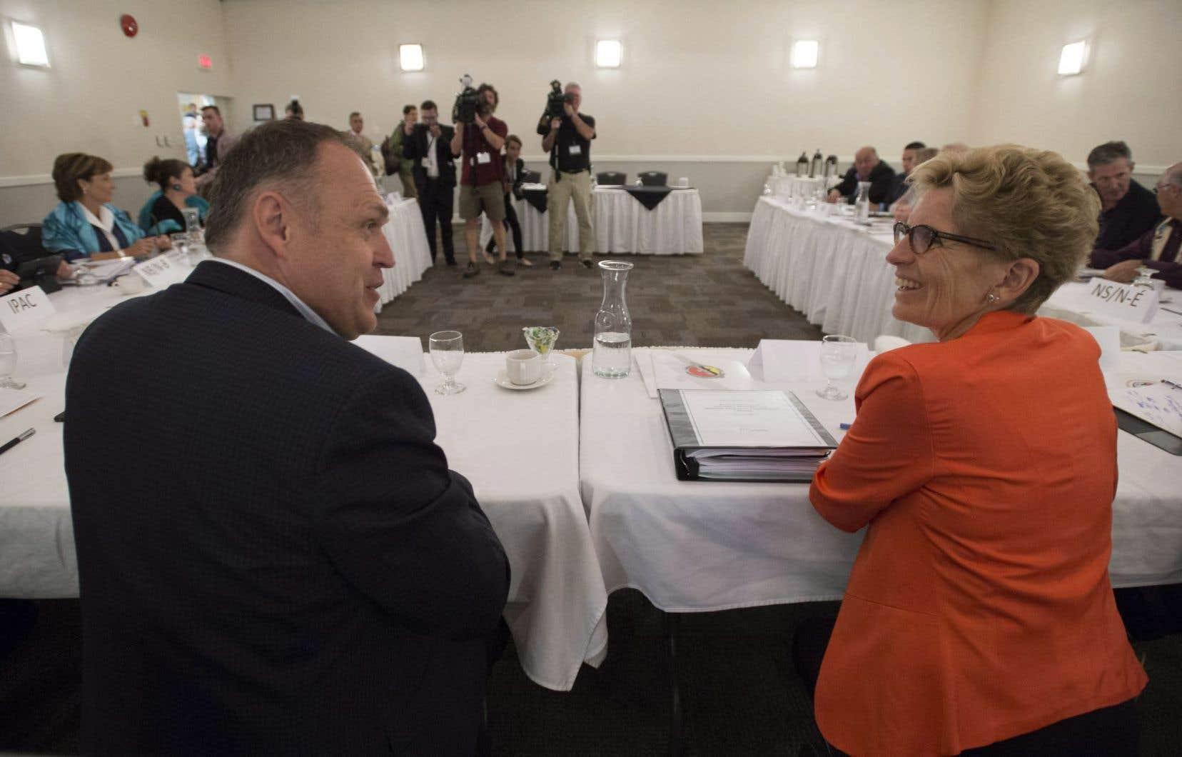 Le premier ministre du Yukon, Darrell Pasloski, discute avec la première ministre ontarienne, Kathleen Wynne.