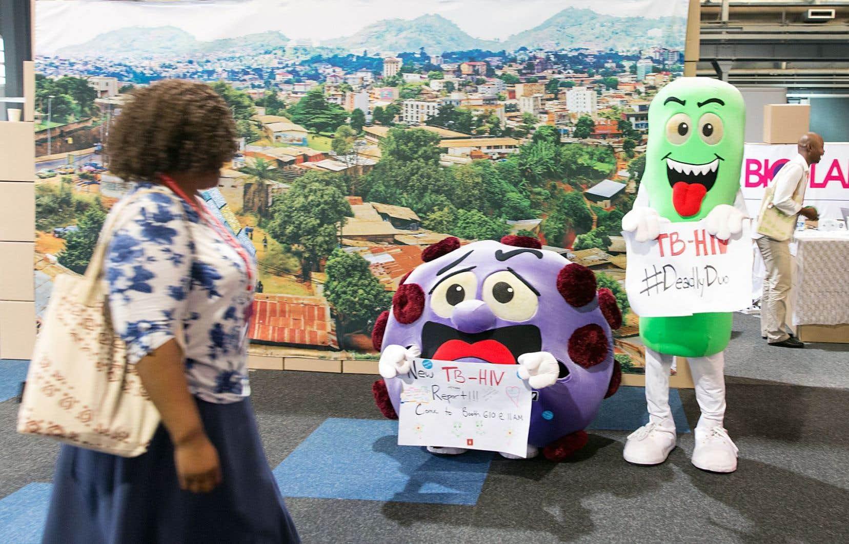 Une participante à la Conférence internationale sur le sida à Durban est interpellée par deux mascottes représentant le virus. Une nouvelle version de la PreP (prophylaxie préexposition sexuelle) sera bientôt testée à Montréal. Les nouvelles molécules sont jugées prometteuses pour freiner la progression des infections au VIH dans le monde.