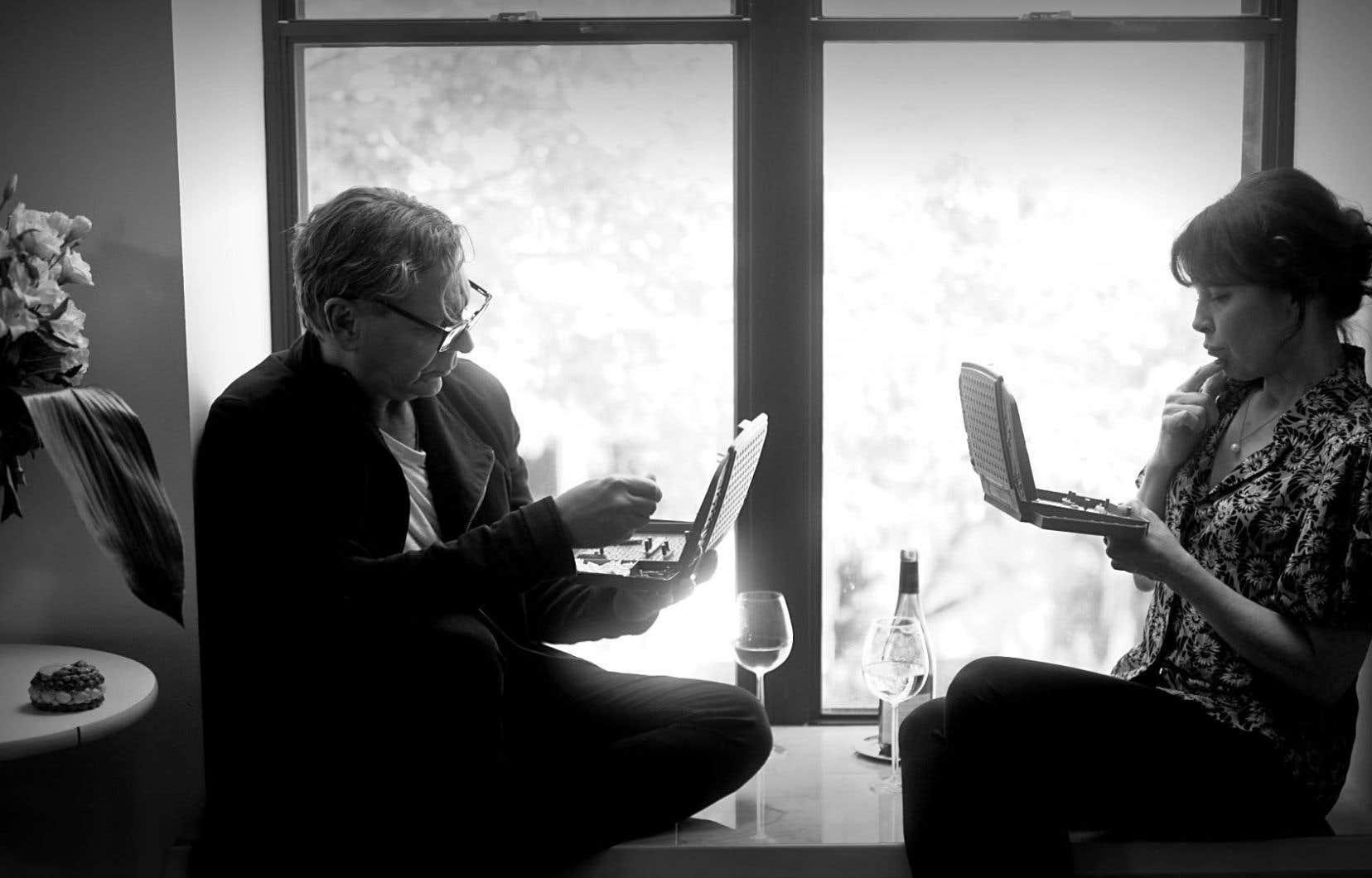 Jouant à la bataille navale ou aux poches, sirotant un verre de Sancerre ou un martini, Anne Dorval et Marc Labrèche nous invitent à prêter l'oreille dans «C'est le plus beau jour de ma vie». Leur doux délire nous caresse comme une brise d'été.
