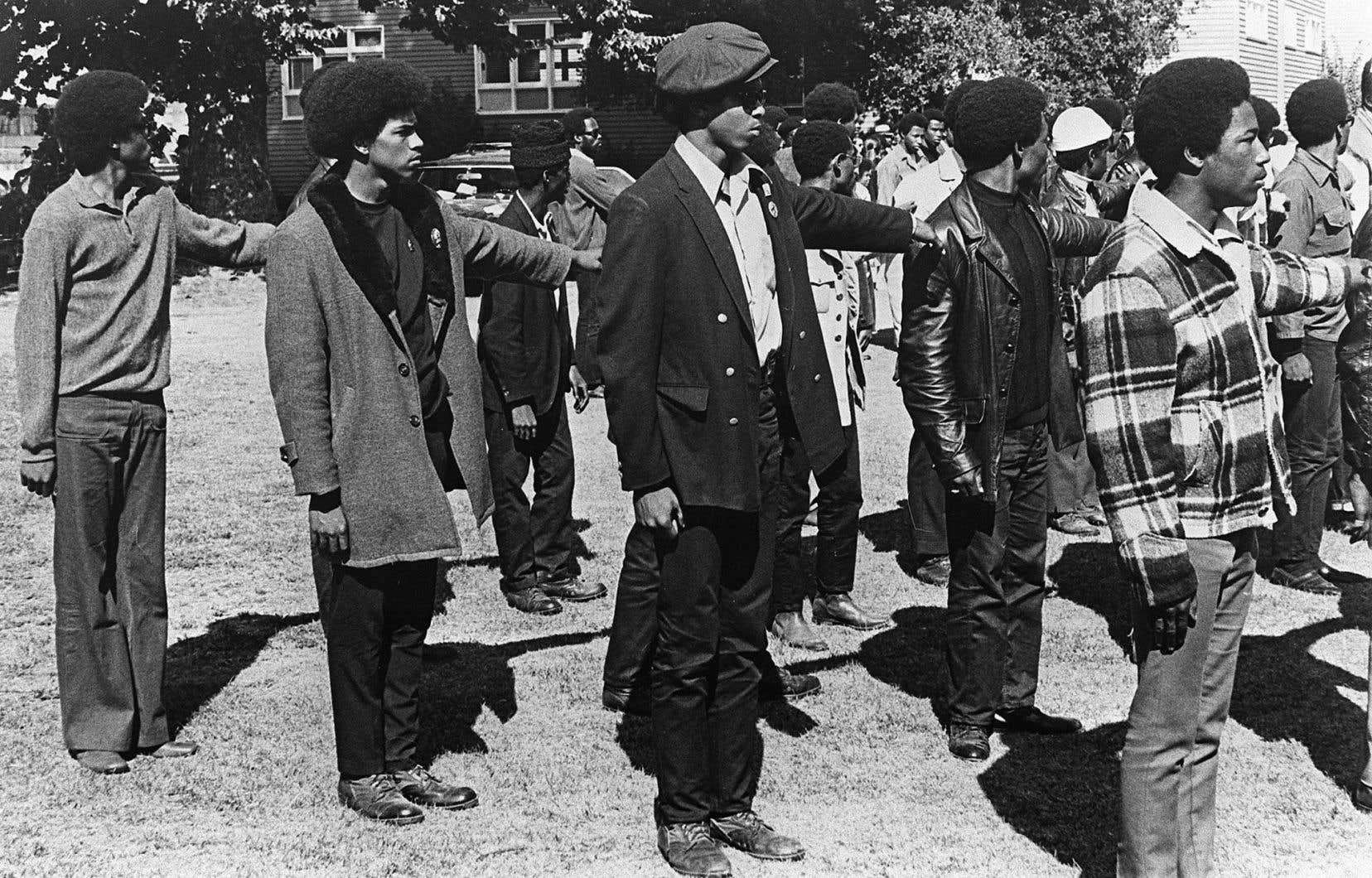 Des membres des Black Panthers se rangent en formation paramilitaire lors d'une manifestation anti-fasciste à Oakland en 1969.