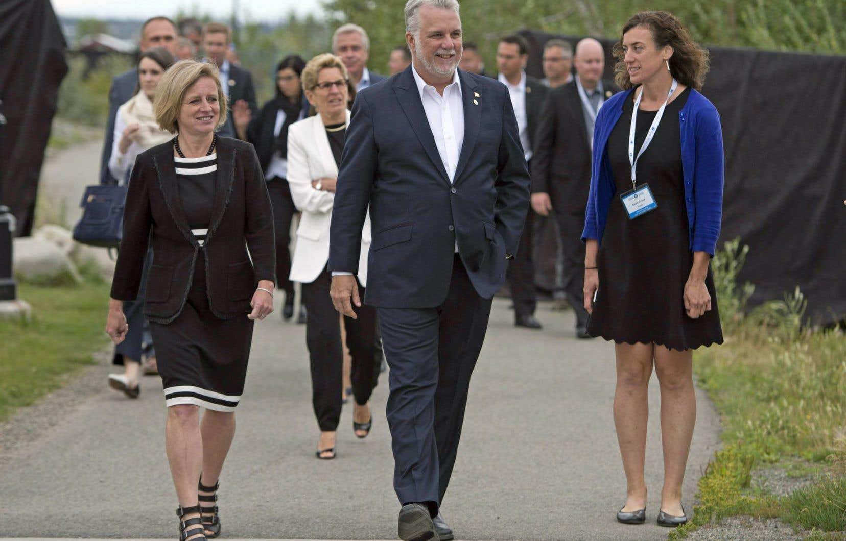 La première ministre de l'Alberta, Rachel Notley, marchant aux côtés de son homologue du Québec, Philippe Couillard