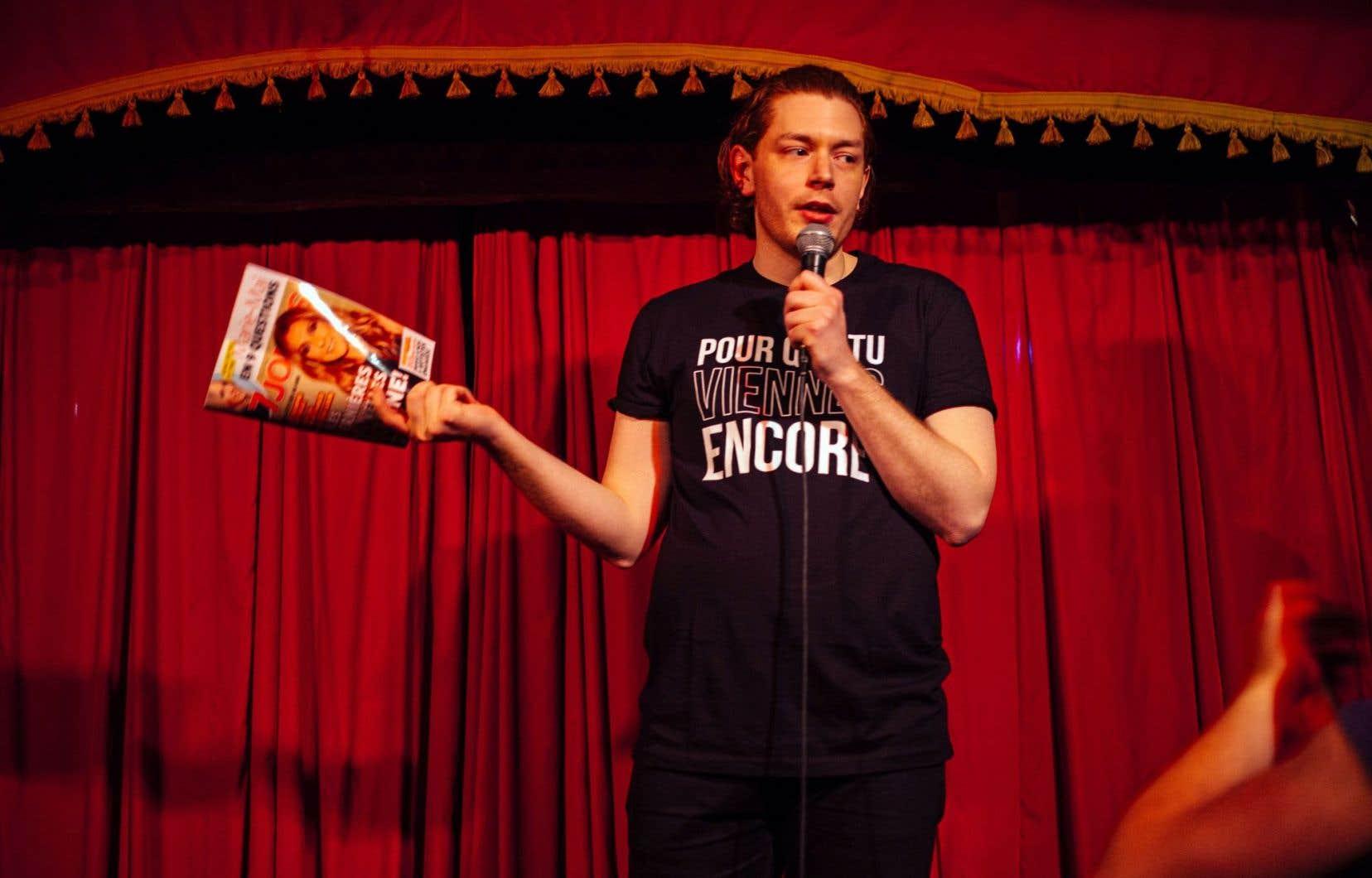 Thomas Leblanc pendant le spectacle «Sainte Céline: a Dion Cabaret»