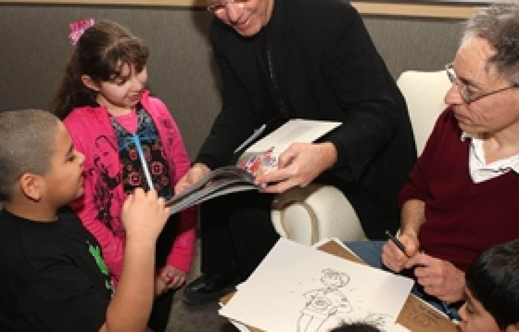 Réjean Houle et Jacques Goldstyn jouaient déjà leur rôle de passeur de livres auprès d'enfants hier.