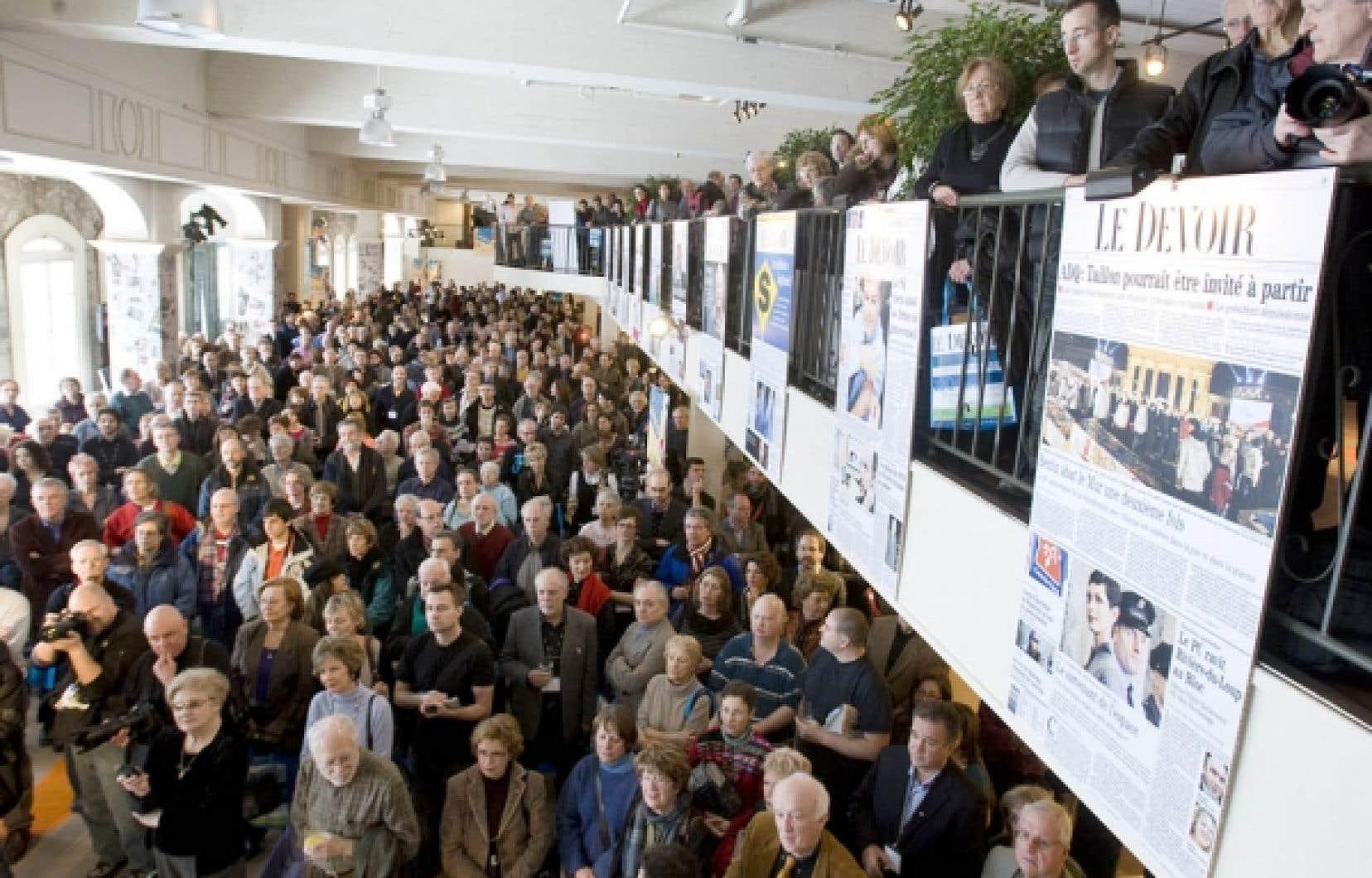 Une rencontre historique s'est déroulée au marché Bonsecours entre les artisans du Devoir et les lecteurs à l'occasion des festivités qui ont marqué hier les 100 ans du journal.