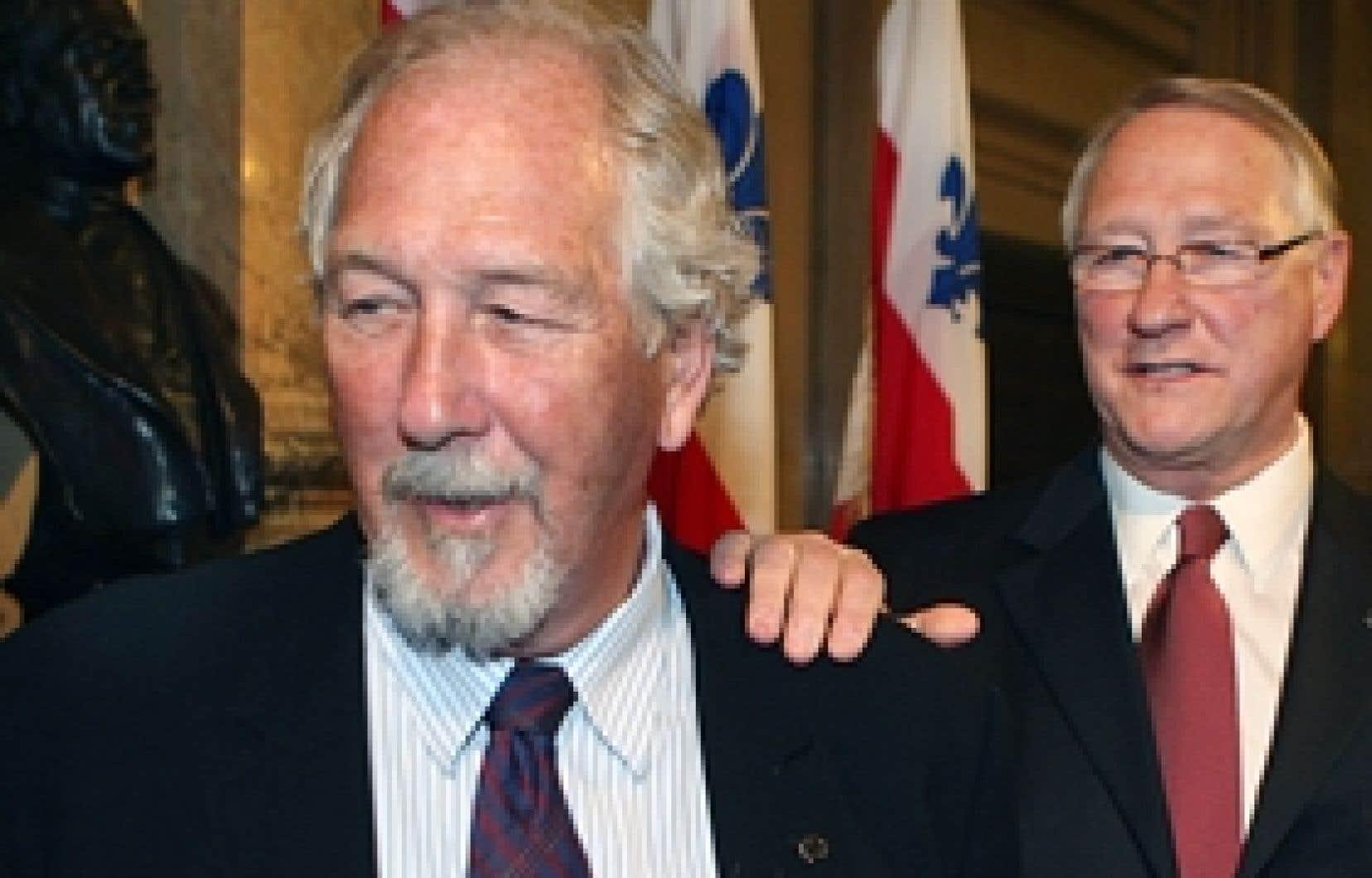 Le maire Gérald Tremblay met une main sur l'épaule de son frère Marcel à qui il vient de retirer la responsabilité du déneigement.