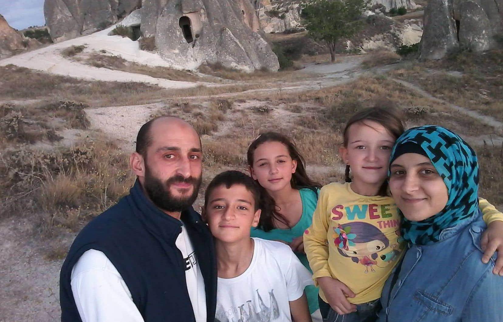 Les enfants de Feras Darwish (à gauche) ont commencé à apprendre le français avec leur mère.