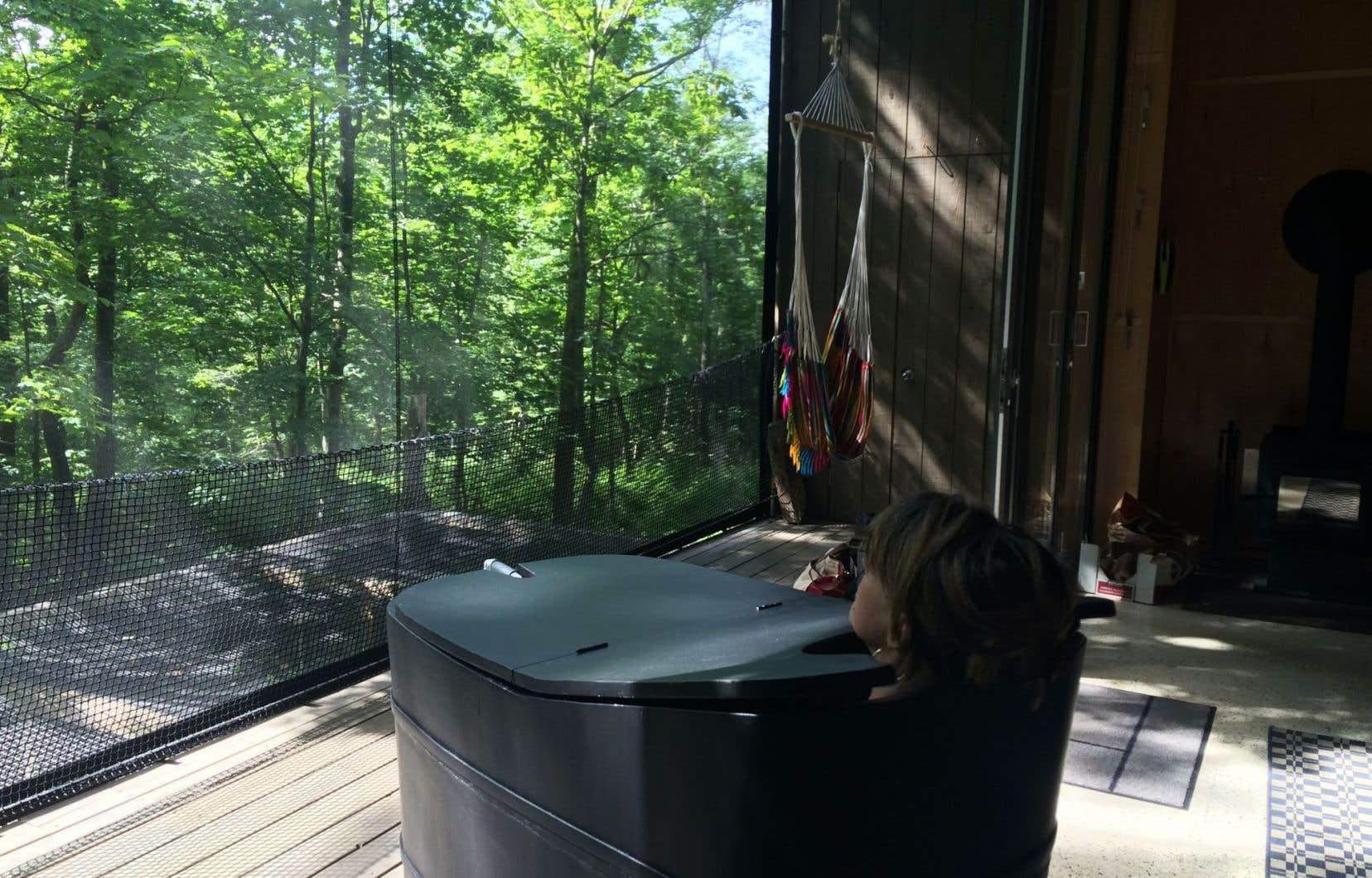Jacuzzi style zen. Prendre un bain d'oxygène et de vert dans les microchalets Zoobox est une expérience totalement intégrée à la nature.