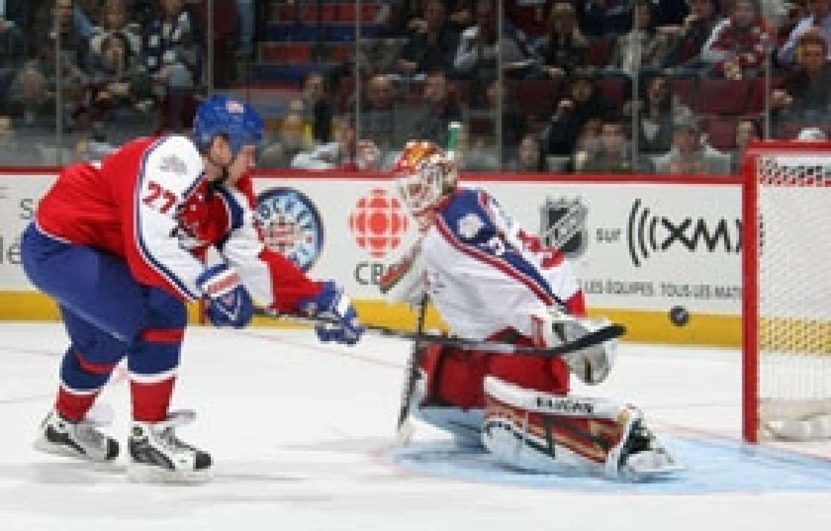 Alexei Kovalev, du Canadien, marquant l'un de ses deux buts en temps réglementaire, hier soir, lors du 57e match des étoiles de la LNH, disputé à Montréal. Le capitaine de la Conférence de l'Est a aussi marqué en tirs de barrage et a par cons