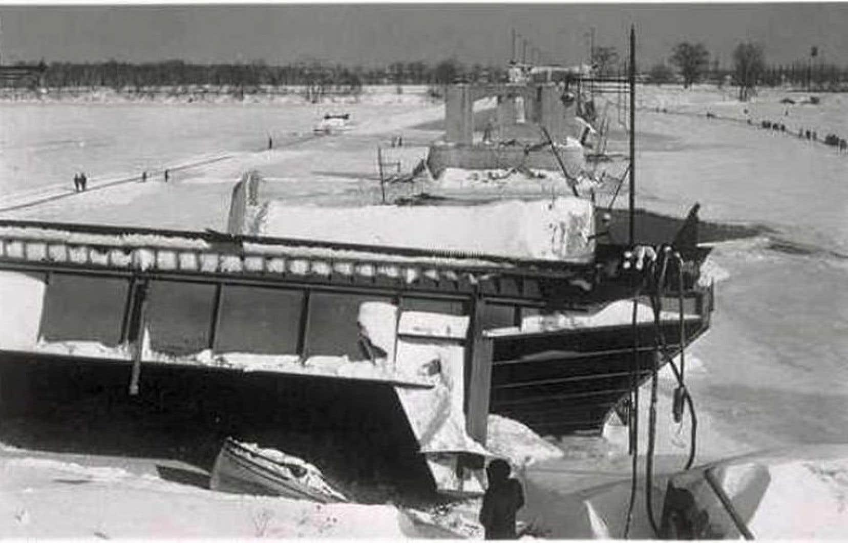 Le pont Duplessis après son effondrement en 1951