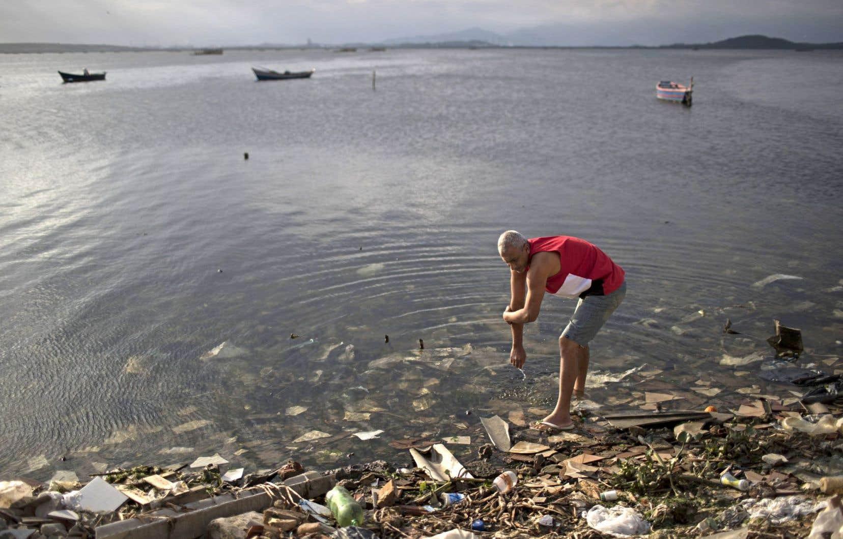 Les autorités locales, dont le maire de Rio, Eduardo Paes, reconnaissent que le nettoyage des cours d'eau a été un échec.