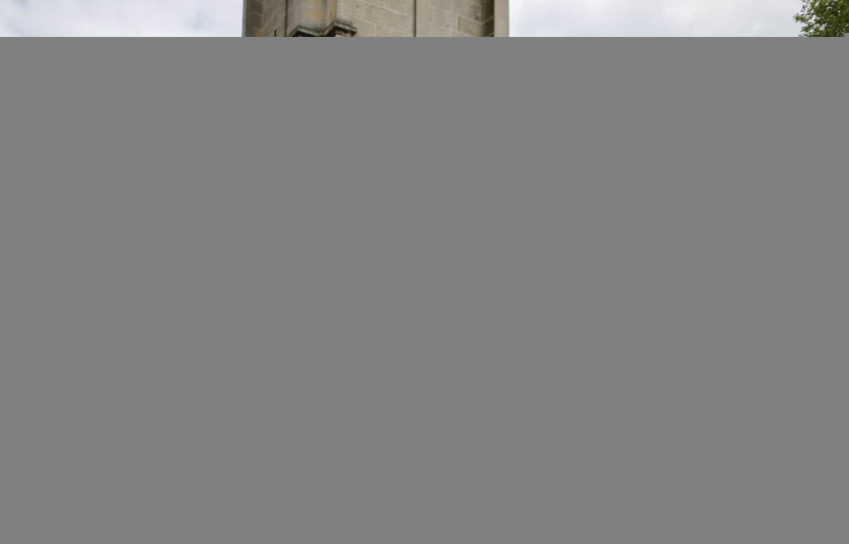 Une femme musulmane déposait des fleurs devant l'église de Saint-Étienne-du-Rouvray, en France, où le prêtre Hamel a été assassiné le 26 juillet dernier.