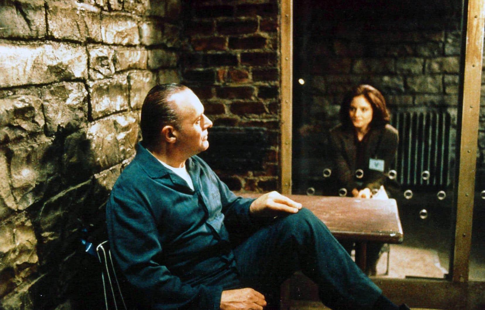 Anthony Hopkins campait Hannibal Lecter dans Le silence des agneaux, l'un des tueurs en série (et de plus, cannibale!) marquants du cinéma.