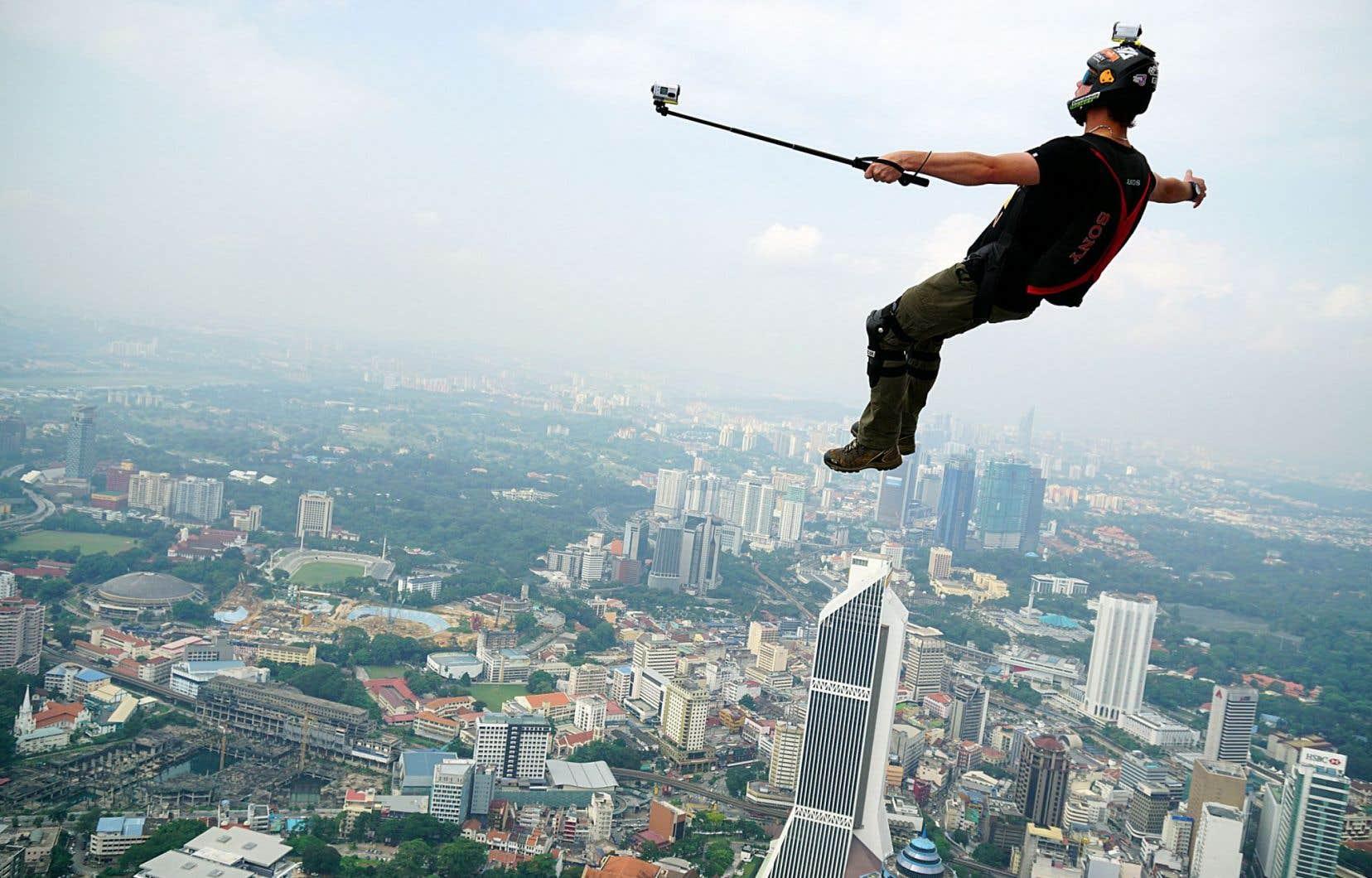 Saut périlleux depuis une tour de Kuala Lumpur,en Malaisie. La soif de mise en scène n'a pas de fin pour les adeptes du «selfie» extrême.