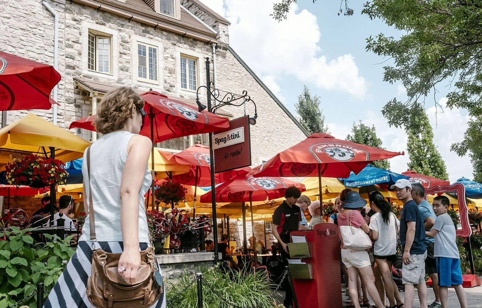 Dans ce coude où la rue Dalhousie devient le boulevard Champlain, juste à côté de la Maison Chevalier et en face du terminal des croisières, se niche un resto aux pimpants parasols.