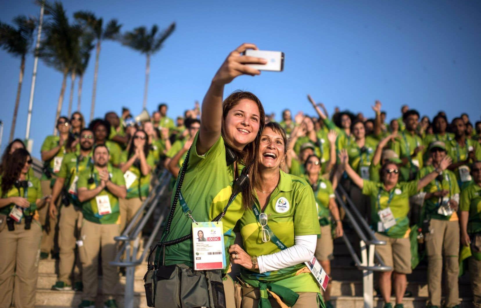 Au couchant, les bénévoles rassemblés jeudi dans le parc olympique ont multiplié les égoportraits.