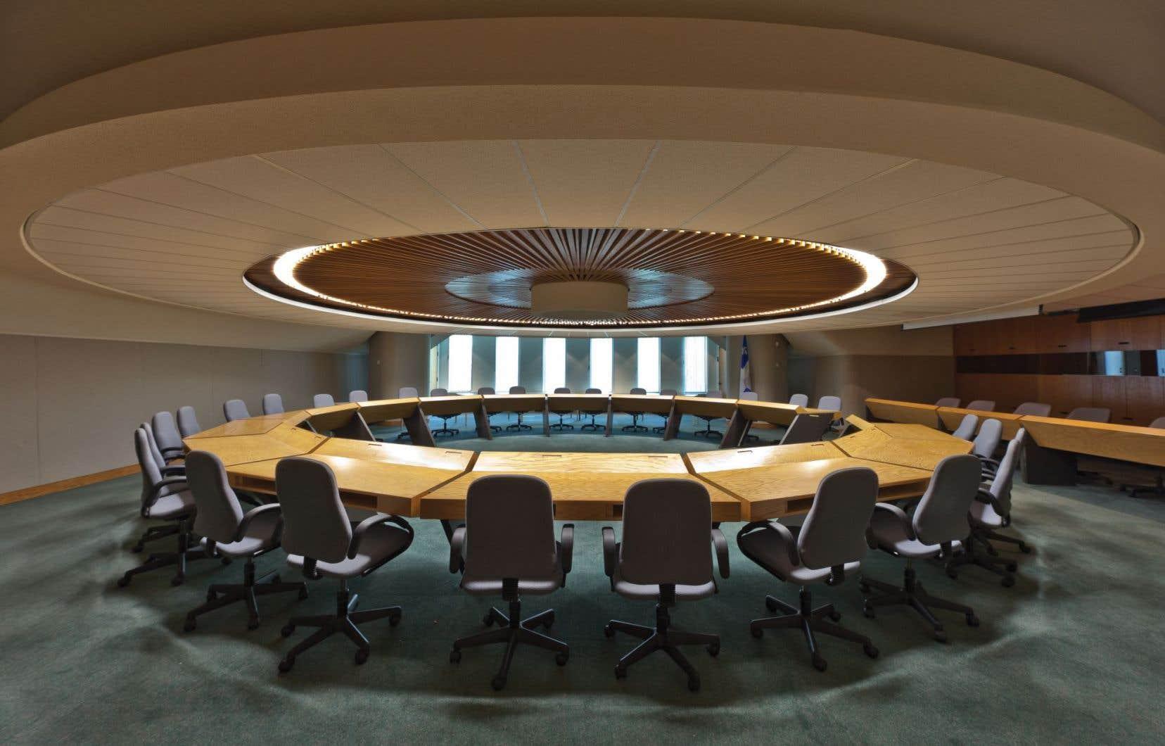 La salle emblématique du «bunker» de la Grande-Allée est le théâtre, entre1972 et2002, de plusieurs décisions controversées précédées de débats animés.