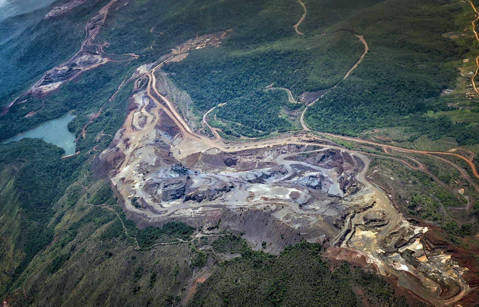 Vue aérienne d'une exploitation de mine de bauxite et de production d'aluminium à Ciudad Guayana, au Venezuela.