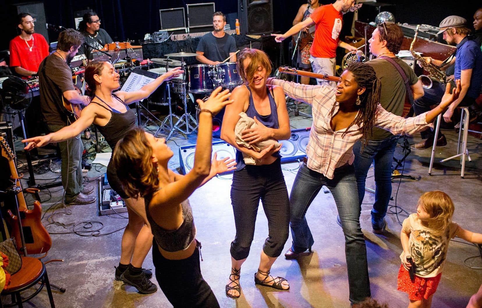 Des artistes prenant part à la fête d'ouverture du Forum répétaient une performance dimanche.