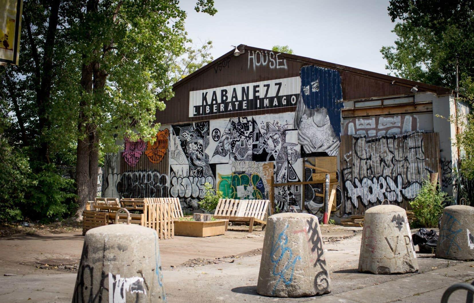 Les installations du collectif Kabane 77, qu'il avait construites autour d'un bâtiment abandonné du Mile-End, ont été démantelées par des employés de l'arrondissement du Plateau-Mont-Royal.