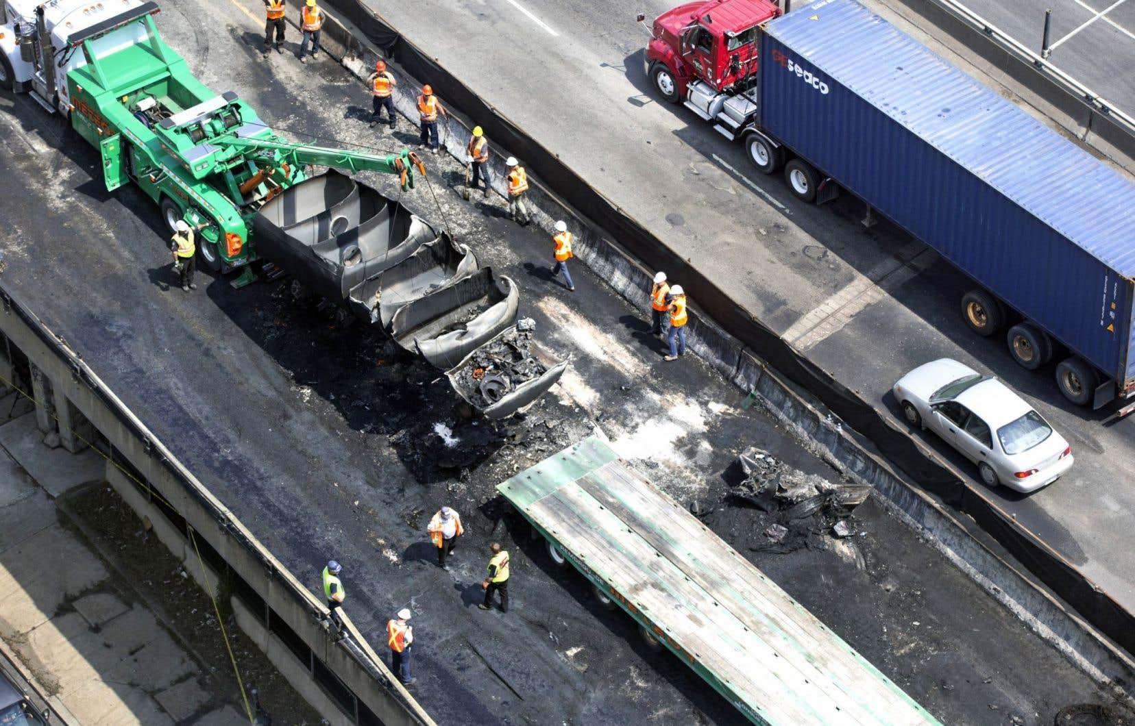 Les travaux de réfection de la voie de l'autoroute Métropolitaine se sont poursuivis dans le courant de la journée, mercredi.