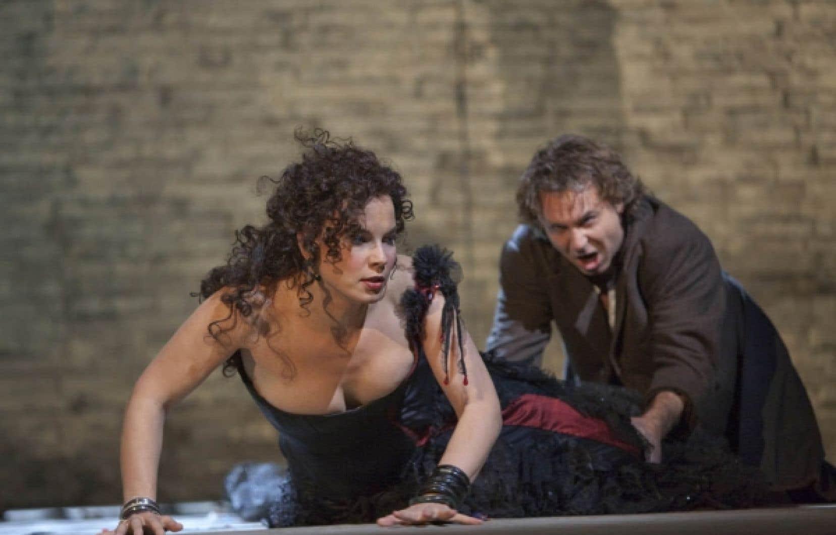 Elina Garança (Carmen) et Roberto Alagna (Don José) dans la production de Carmen du Metropolitan Opera dirigée par Yannick Nézet-Séguin.