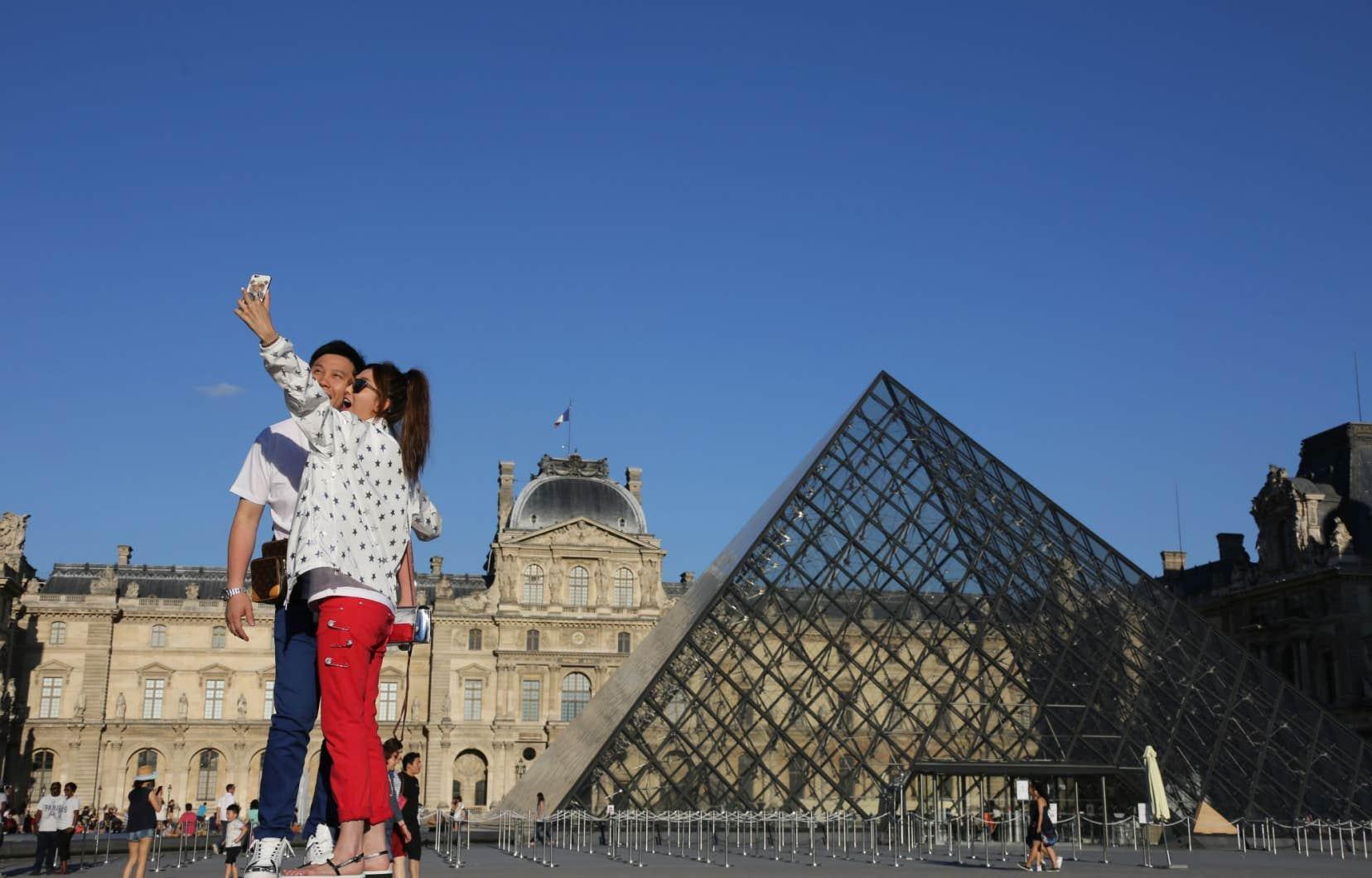 La pyramide du Louvre, à Paris. Quelque 2millions de touristes se sont détournés de la Turquie, l'Égypte et la Tunisie cette année, au profit de l'ouest de la Méditerranée.