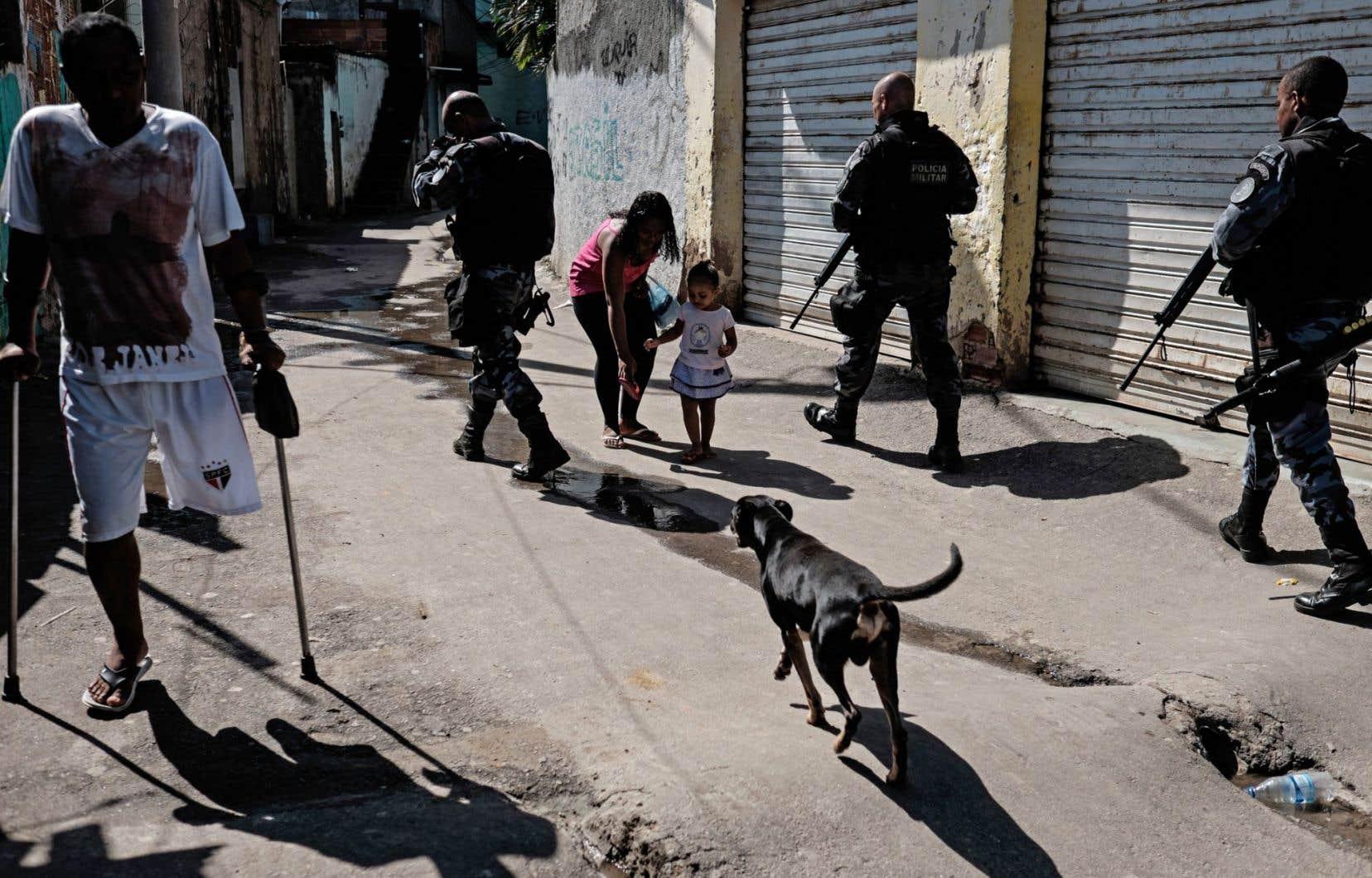 Autour des enceintes olympiques, le long des plages des quartiers chics et touristiques de Copacabana et d'Ipanema, militaires et policiers sont omniprésents. Malgré cet impressionnant dispositif de 85000 militaires et policiers mobilisés, Rio reste Rio.