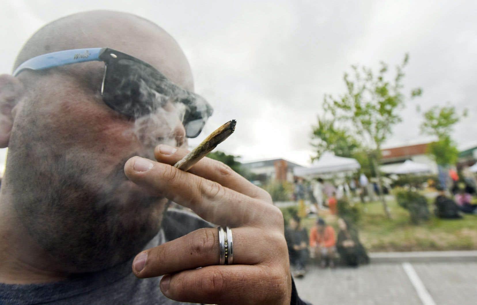 Un homme fume un joint de marijuana à Montevideo, en Uruguay.