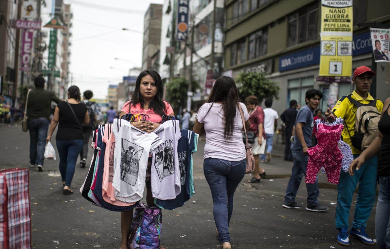 Une femme vendait des t-shirts dans les rues de Lima, au Pérou, en avril dernier.