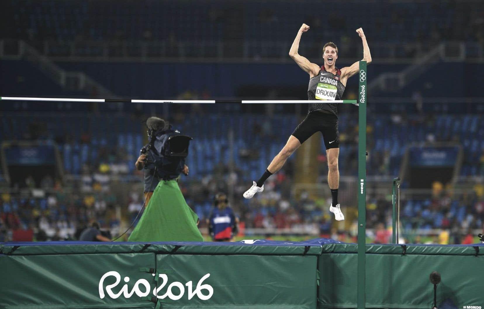 L'Ontarien Derek Drouin est monté sur la plus haute marche du podium en gagnant l'or au saut en hauteur, mardi.
