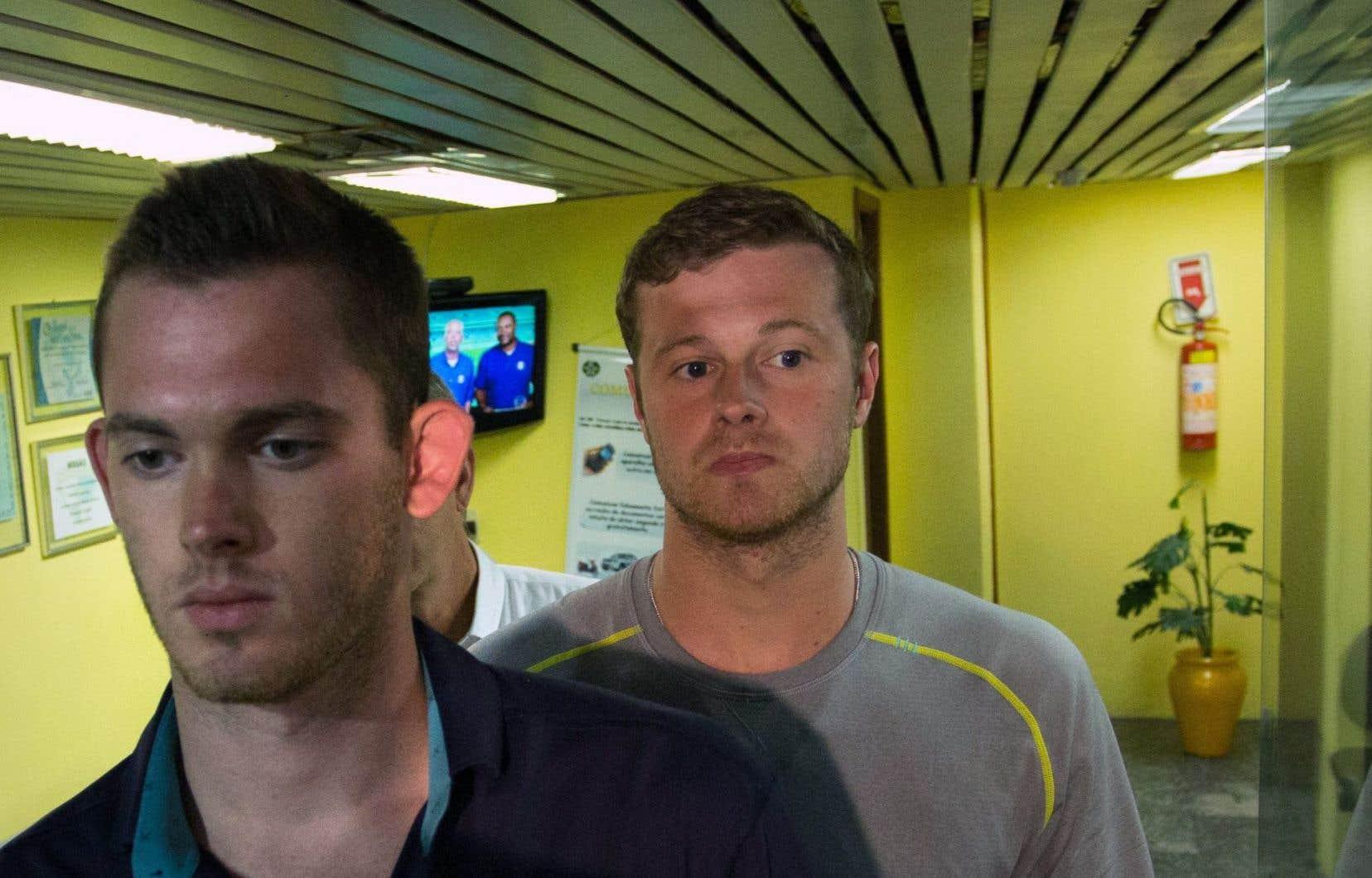 Jack Conger et Gunnar Bentz ont été débarqués mercredi soir, quelques minutes avant que leur avion ne décolle de Rio de Janeiro à destination des États-Unis pour un nouvel interrogatoire jeudi.