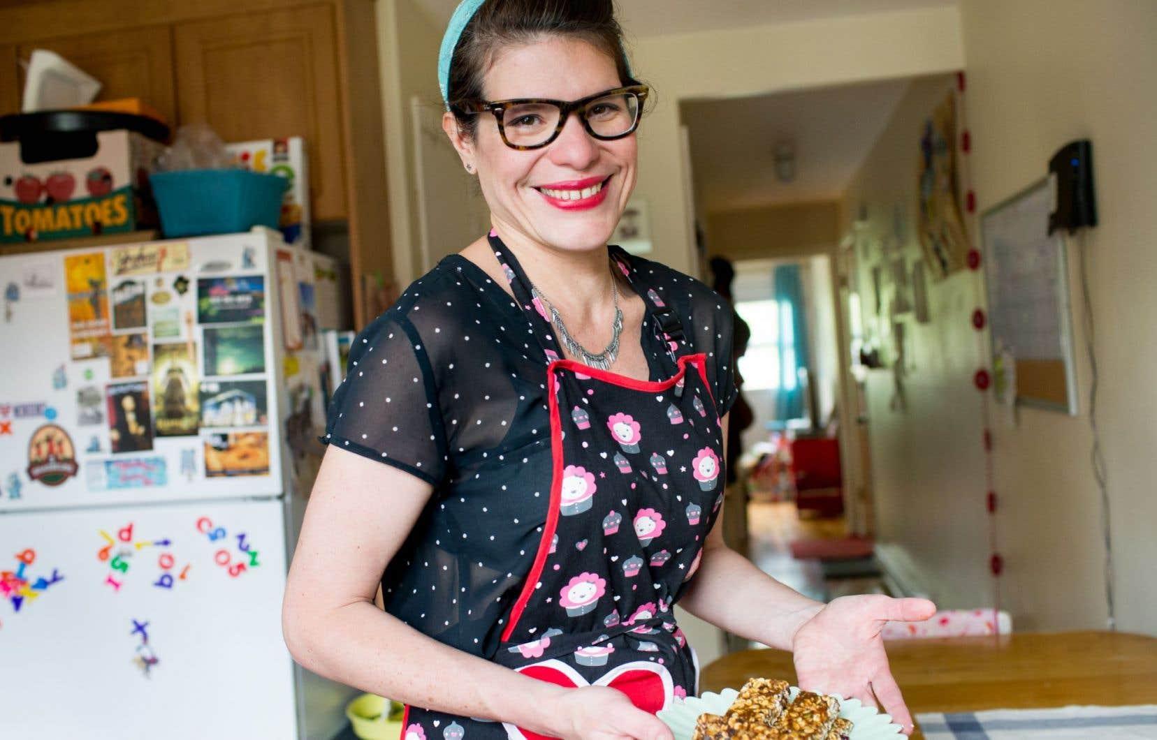 Cynthia Rodriguez, d'origine vénézuélienne, nous accueille dans son tablier «vintage» avec un plateau rempli de barres d'énergie parfumées au café, au chocolat ou à la graine de citrouille rôtie.