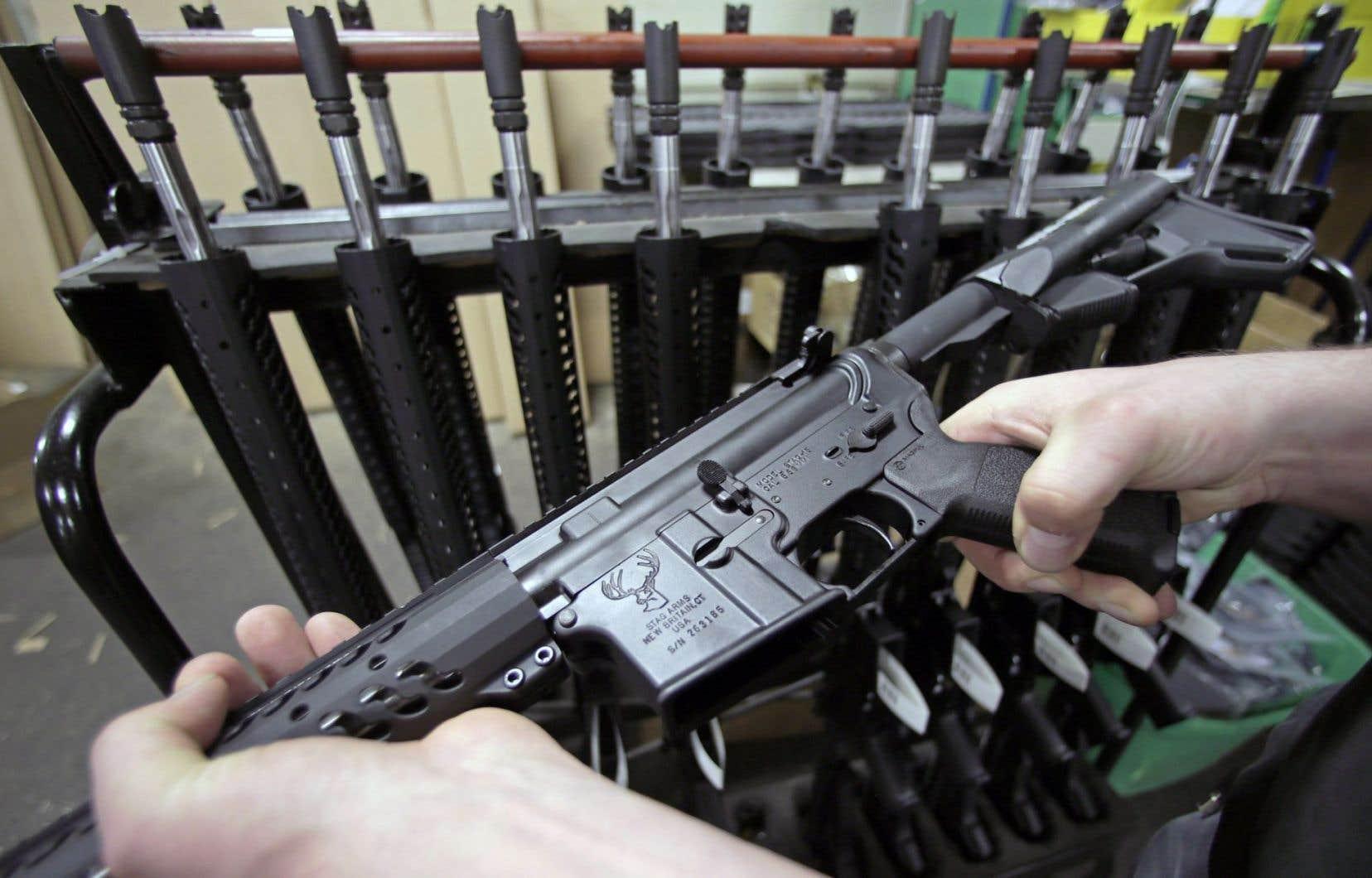 «L'arme à feu AR-15 est classifiée à autorisation restreinte en raison du lignage entre celle-ci et l'arme d'assaut de type militaire M-16», note le ministre Ralph Goodale.