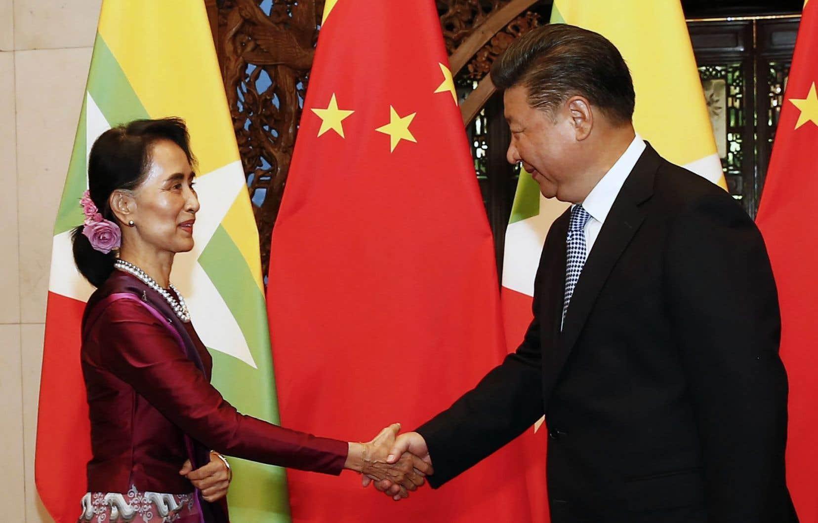 L'ex-opposante désormais ministre des Affaires étrangères du Myanmar, Aung San Suu Kyi, et le président chinois, Xi Jinping