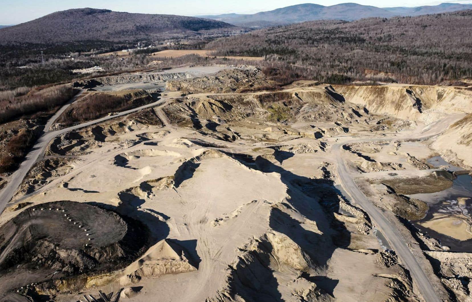 Plusieurs sablières de grande taille se trouvent à proximité du lac Saint-Charles, principal réservoir d'eau potable de la ville de Québec.