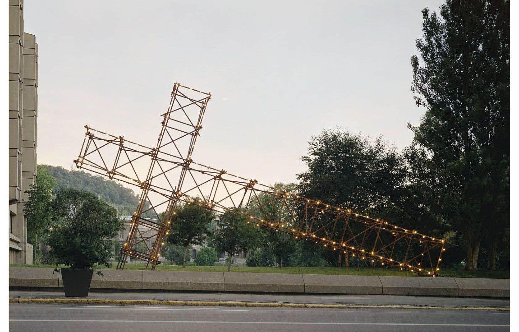 Pour la rétrospective de Pierre Ayot, une réplique de son œuvre «La croix du mont Royal» sera installée au pied de la montagne. Elle faisait partie de l'événement «Corridart» (1976) dont le controversé démantèlement est passé à l'histoire.