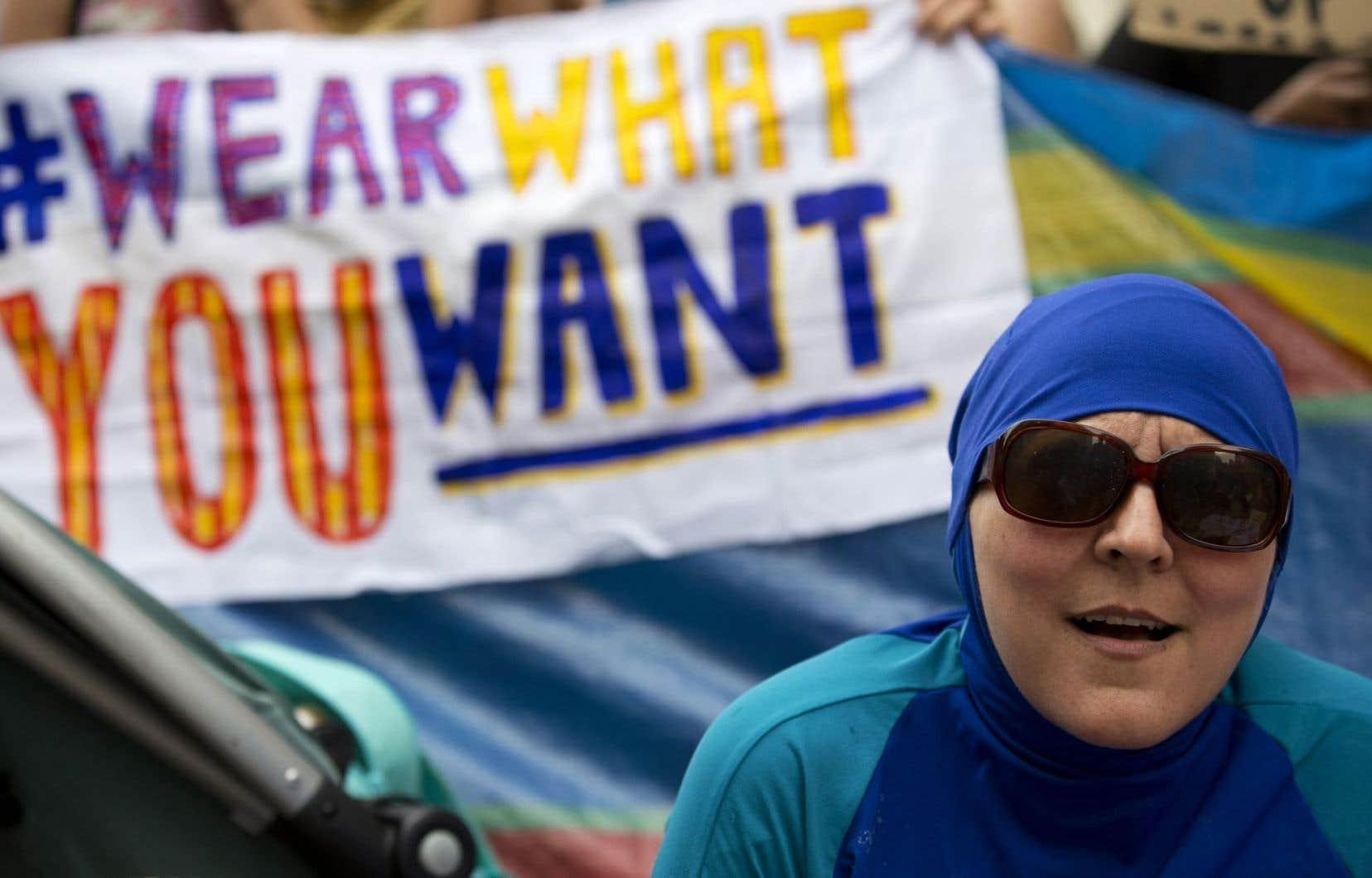 Une femme portant le «burkini» lors d'une manifestation devant l'ambassade française à Londres, le 25 août dernier.