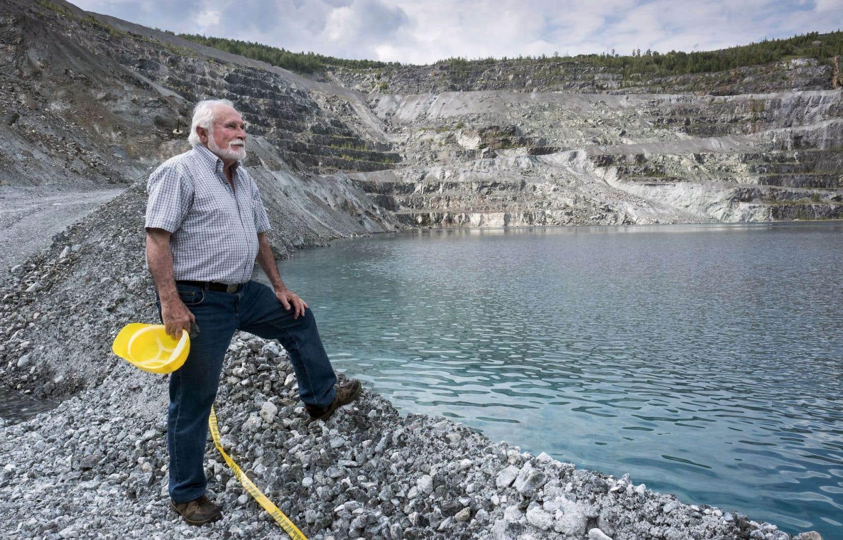 Francesco Spertini, géologue qui a travaillé pour la mine Jeffrey pendant 32 ans, pose devant «Le Trou», profond de 350 mètres et d'un diamètre de deux kilomètres qui s'étend sur une superficie de six kilomètres carrés.