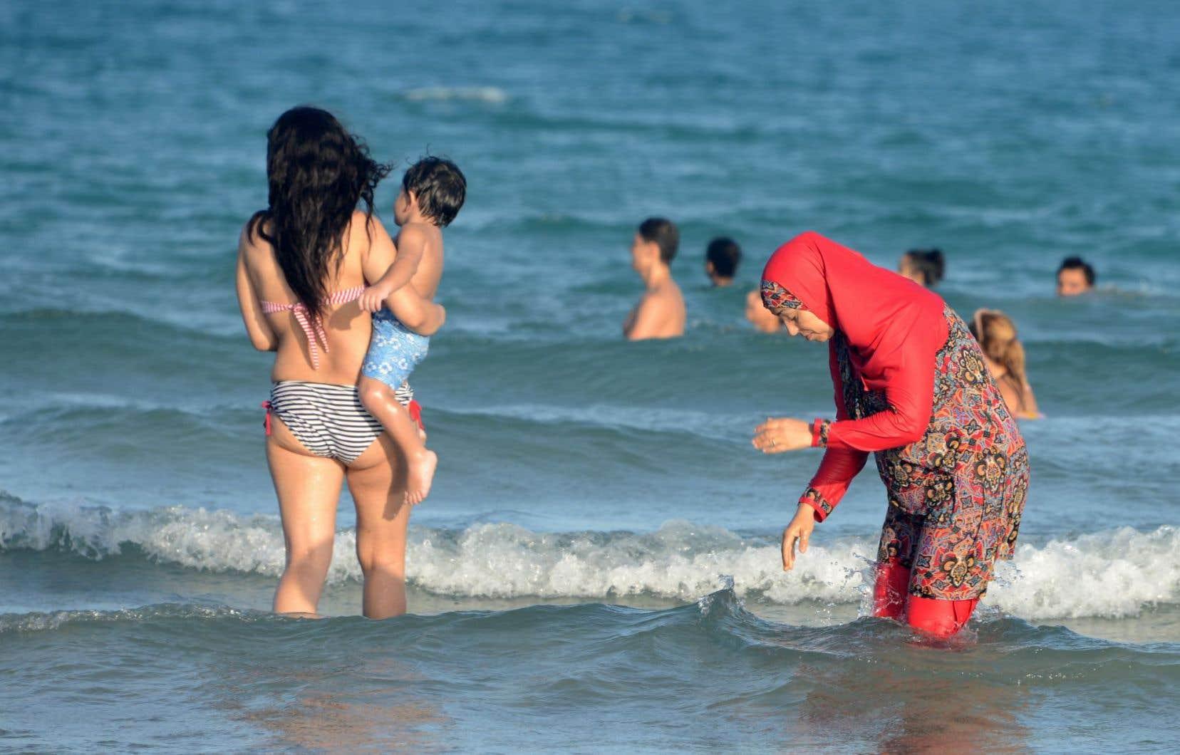 Une femme portant un burkini se baigne en Tunisie.