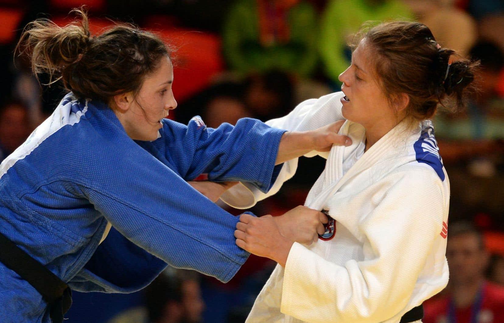 La Canadienne Alix Renaud-Roy (gauche) lutte contre son adversaire, la Luxembourgeoise Lynn Mossong, lors d'une épreuve de qualification le 28 août 2015.