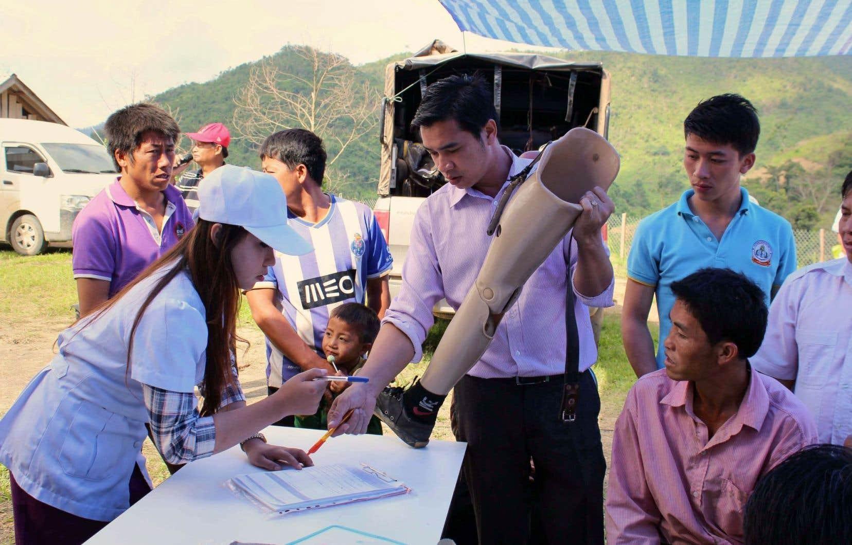 Depuis quelques semaines, une clinique mobile de l'ONG locale Cope, partenaire du ministère de la Santé, propose des prothèses.