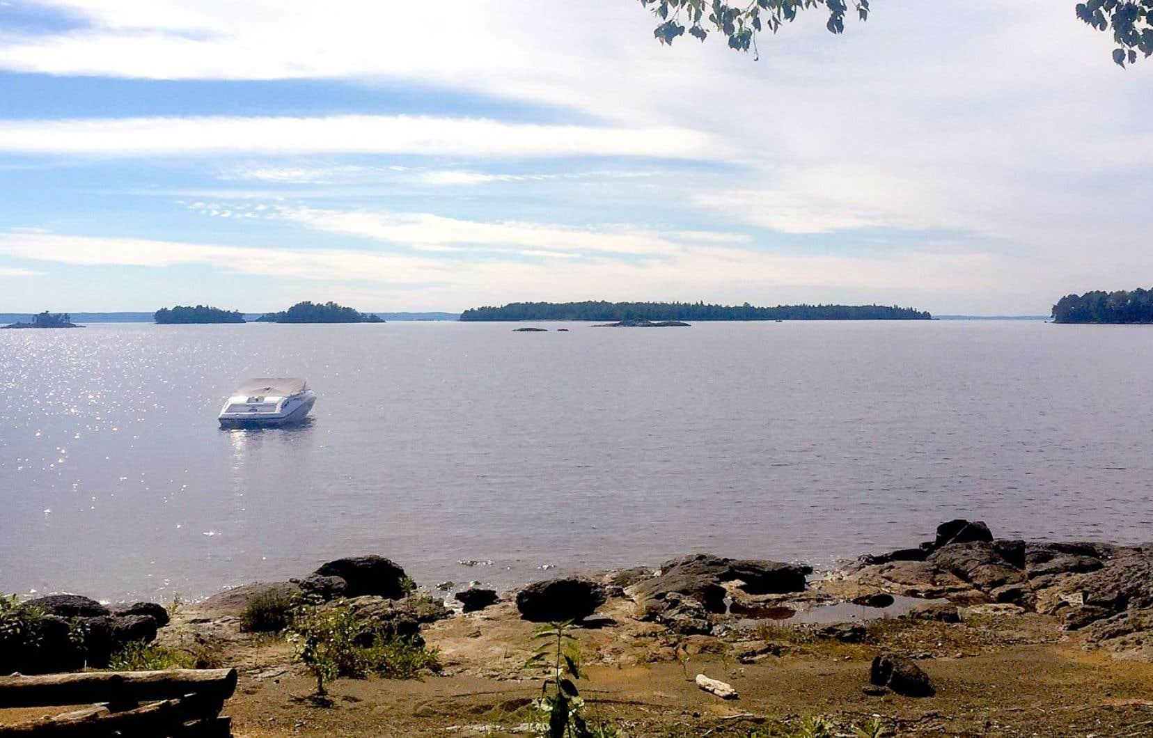 Le niveau du lac Saint-Jean est gardé artificiellement élevé de plusieurs mètres, depuis 1926, pour alimenter les centrales hydroélectriques de Rio Tinto Alcan et de l'industrie forestière.