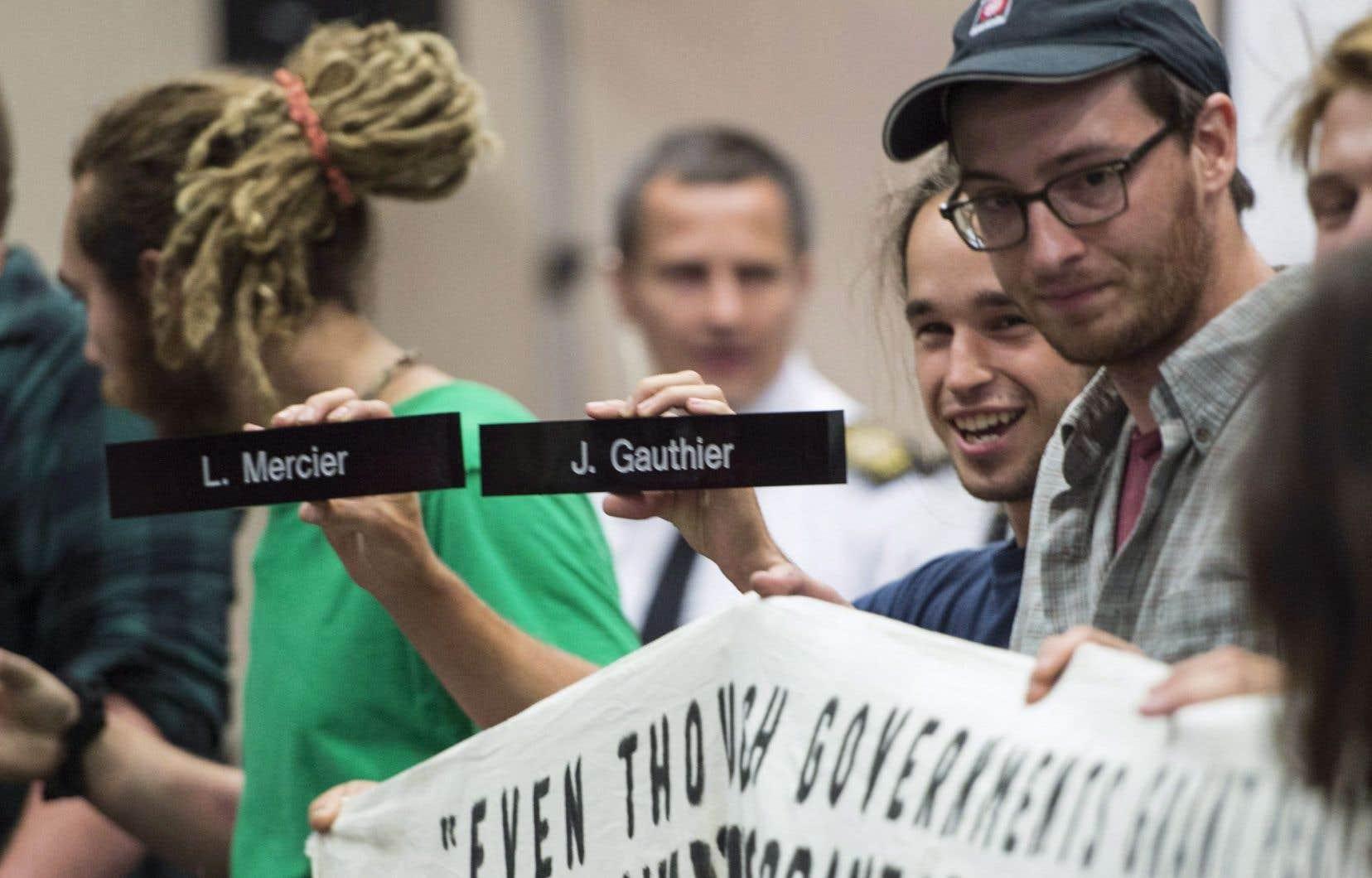Les audiences publiques sur le pipeline Énergie Est reprendront seulement une fois que l'organisme aura décidé du sort des deux commissaires qui ont rencontré Jean Charest, soit Jacques Gauthier et Lyne Mercier.