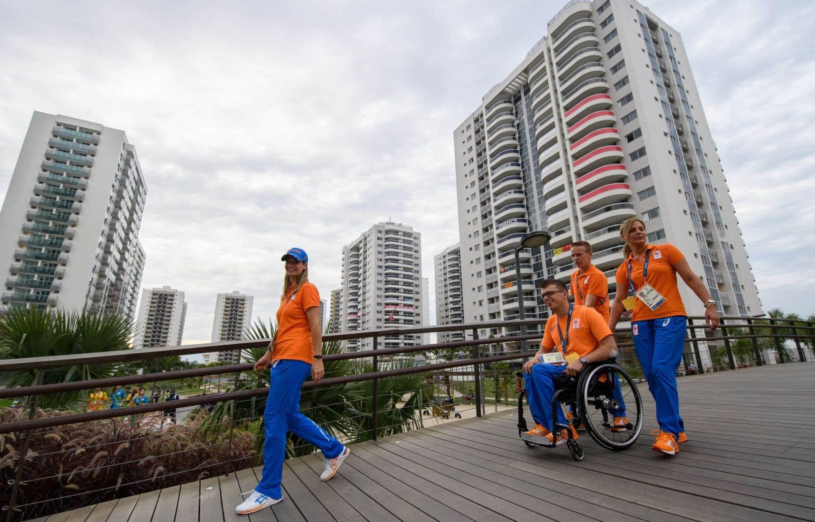 Des athlètes néerlandais près du village paralympique.
