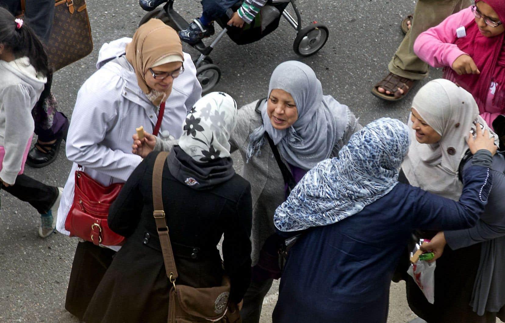 « Si vous pensez que les femmes voilées sont une menace pour vous, alors permettez-moi de vous dire que vous vous trompez de combat », écrit Amel Zaazaa à Louise Mailloux.