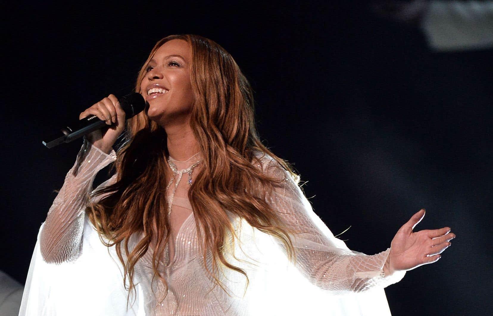 Beyoncé sur scène lors des Grammy Awards en février 2015. La «pop star» est maintenant considérée comme un symbole de l'«empowerment» féminin.