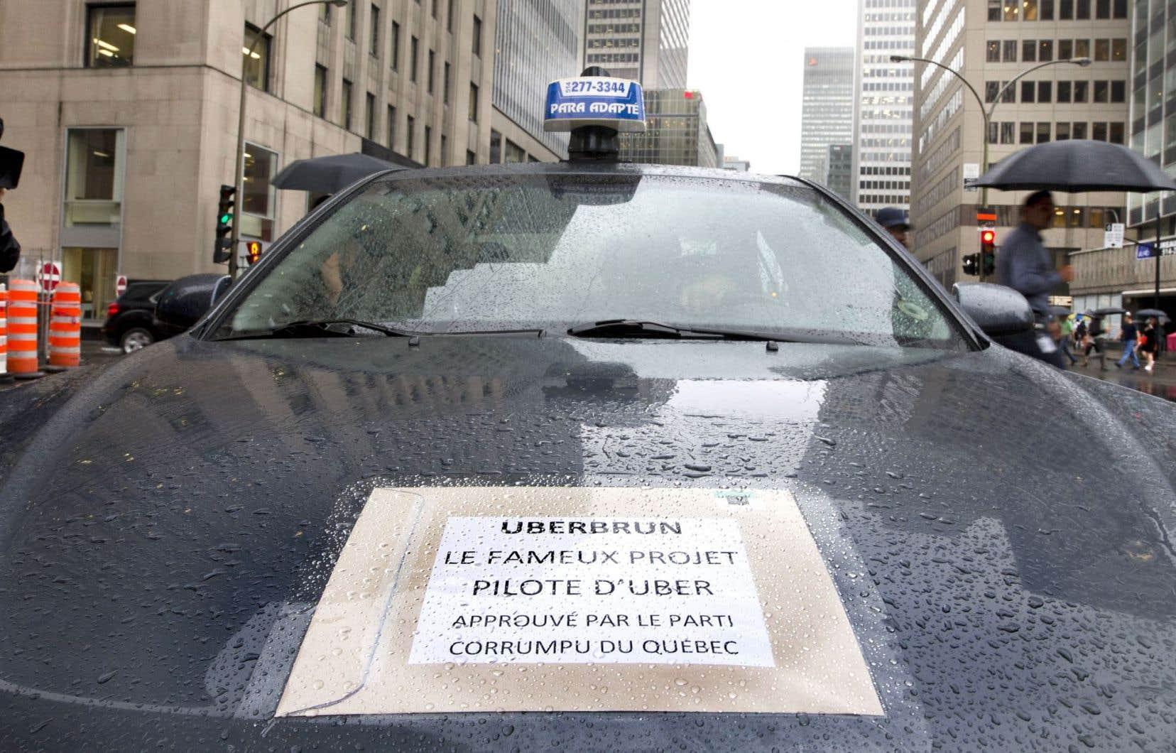Les chauffeurs de taxi ont tenté de tenir une manifestation contre Uber au centre-ville de Montréal, jeudi, mais la circulation les en a empêché.