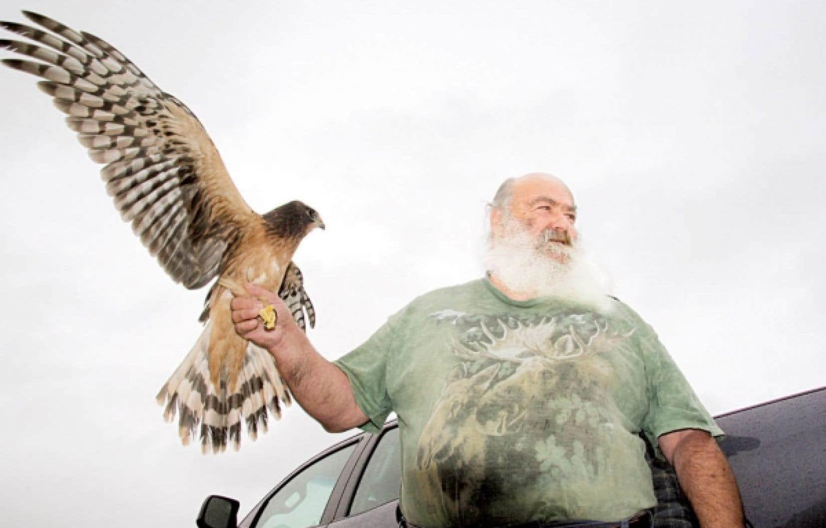 Plus grand que nature, Michel Pageau connaît le langage intime des animaux blessés à qui il tente de rendre leur liberté.