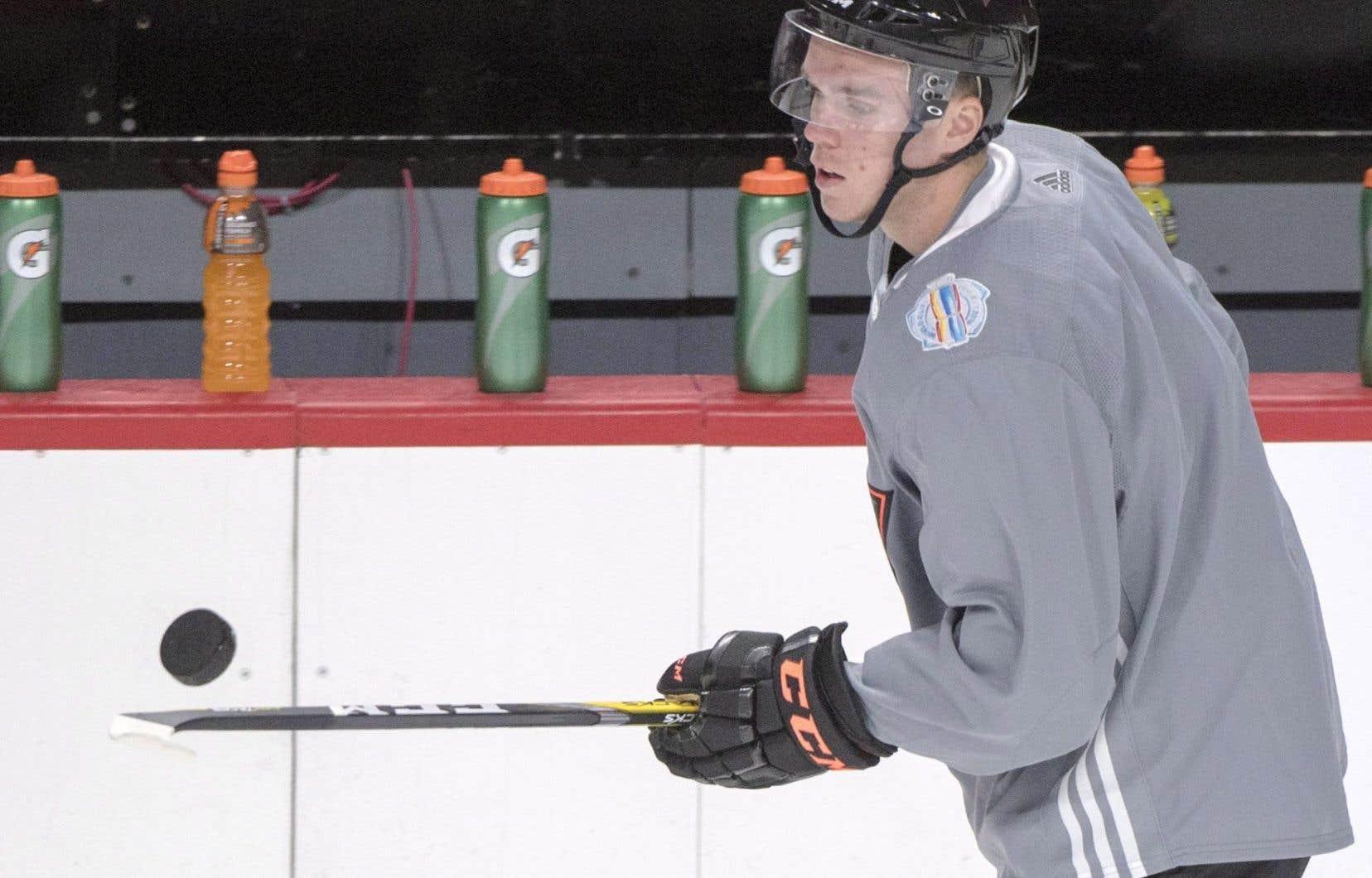Âgé de 19 ans, McDavid a amassé 16 buts et 48 points en 45 matchs avec les Oilers lors de sa première saison dans la Ligue nationale de hockey.